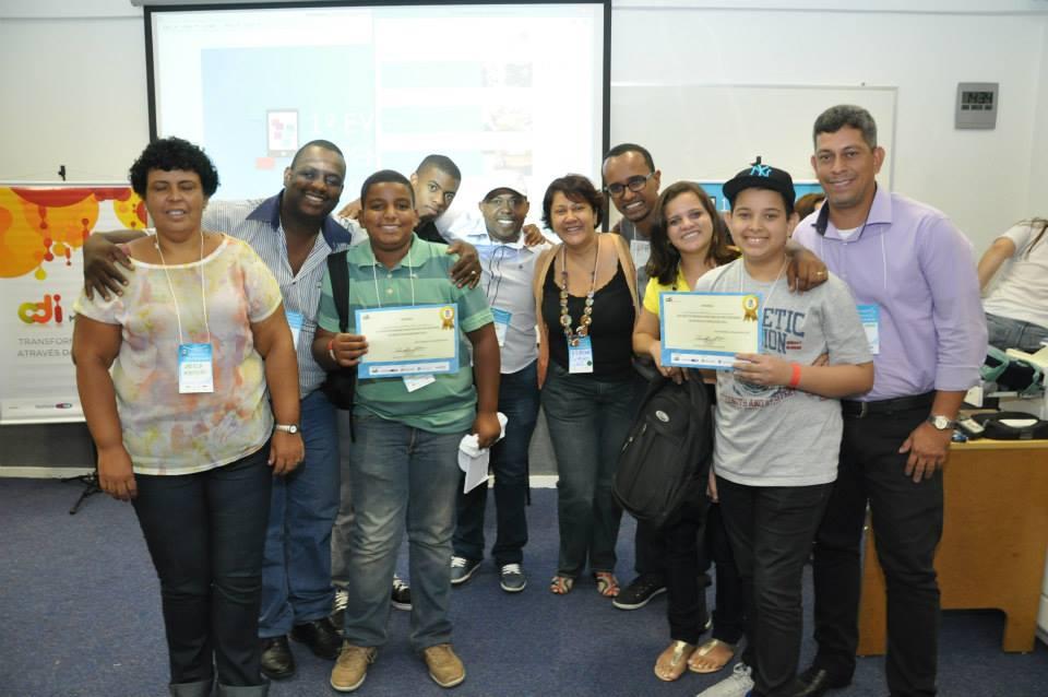 Com os familiares e o educador Vladimir Souza, os appers Felipe e Douglas comemoram a premiação